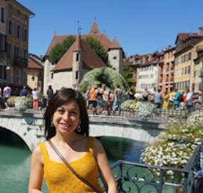 polyglotte Italienischlehrerin auf Reise in Annecy