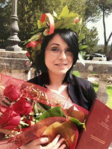 italienische Absolventin mit Kranz und Rosen