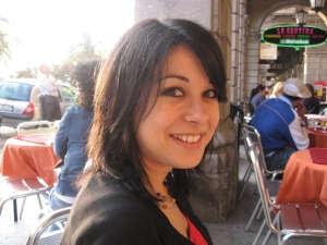 Italienische Frau in einem Café in Cagliari